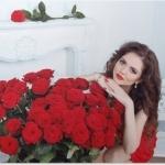 plakaty-piekna-brunetka-kobieta-z-czerwonych-roz-bukiet-kwiatow-w-moder.jpg
